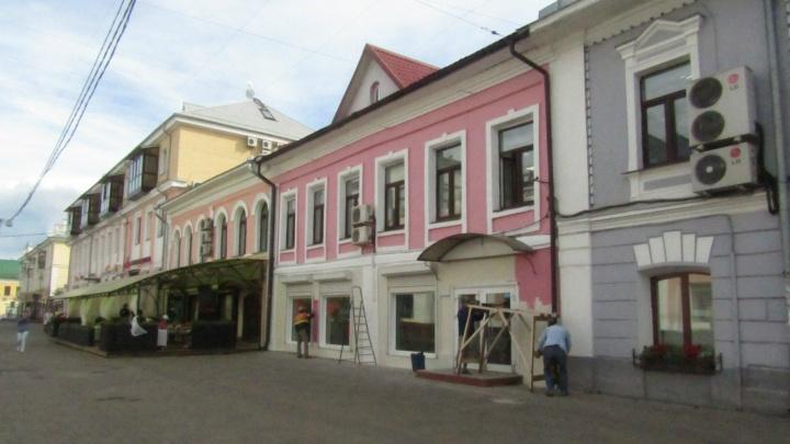 В центре Ярославля федеральный памятник покрасили в цвет «личинки колорадского жука»