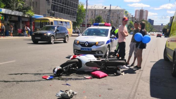 «На месте стоит реанимобиль»: в центре Челябинска столкнулись мотоцикл и машина «Яндекс.Такси»