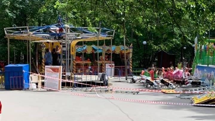 В Центральном парке начали убирать карусель с лошадками