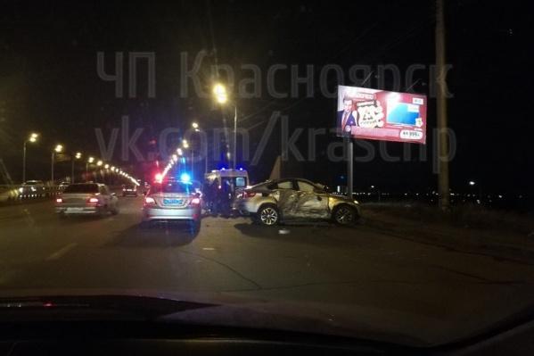 Авария произошла ночью на Октябрьском мосту