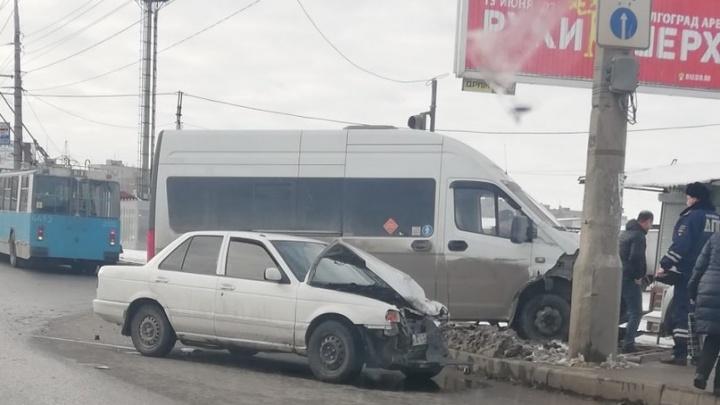 «После удара мы врезались в столб»: в Волгограде иномарка протаранила маршрутку с людьми