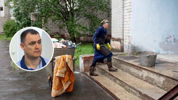 Мэр в режиме онлайн уволил директора управляющей компании из-за дома с девятью этажами мусора