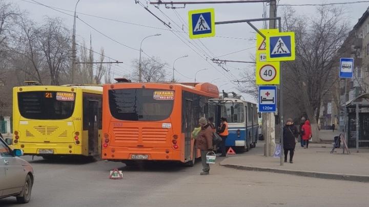 Не успел остановиться: в Волгограде автобус въехал в троллейбус