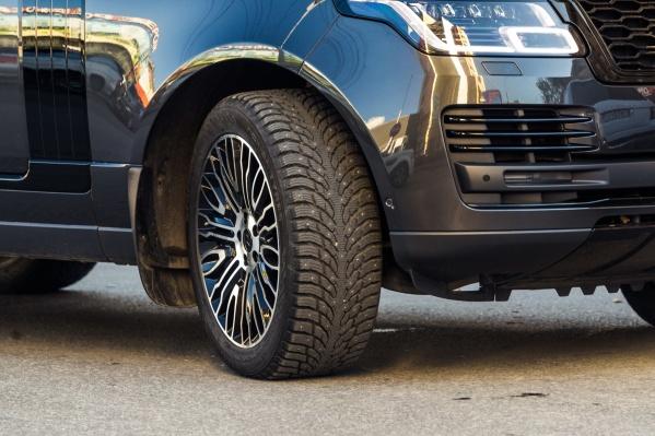 Внедорожник Range Rover с шипованными покрышками