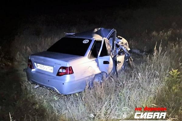 Корейскую иномарку раздавило, как картонную, ее уже не восстановить, водителю повезло, что он уцелел