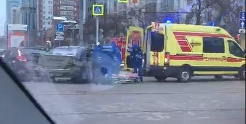 «Носилки достают, там зажало кого-то»: в центре Екатеринбурга ДТП, приехали пожарные и реанимация
