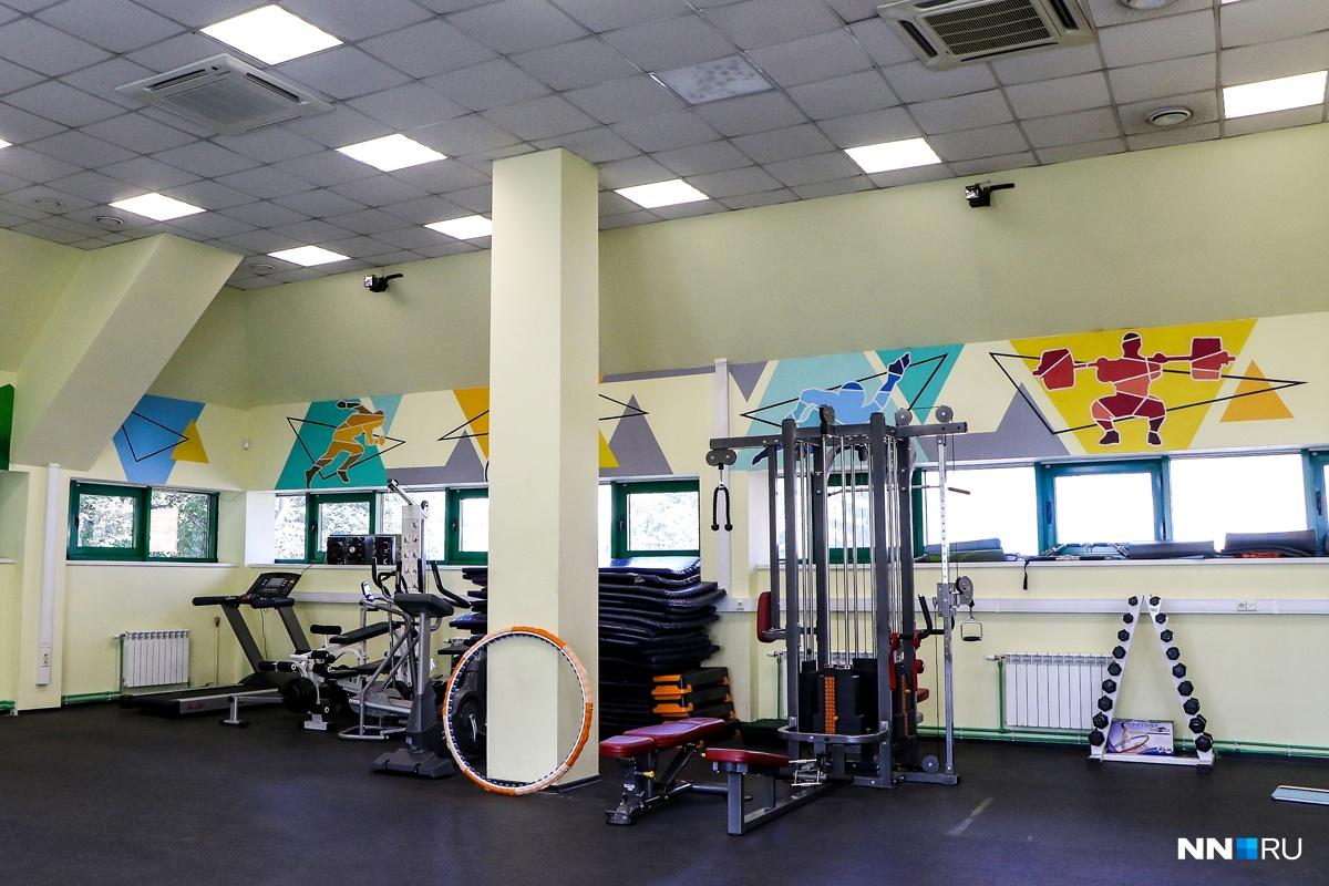 В здании несколько спортзалов