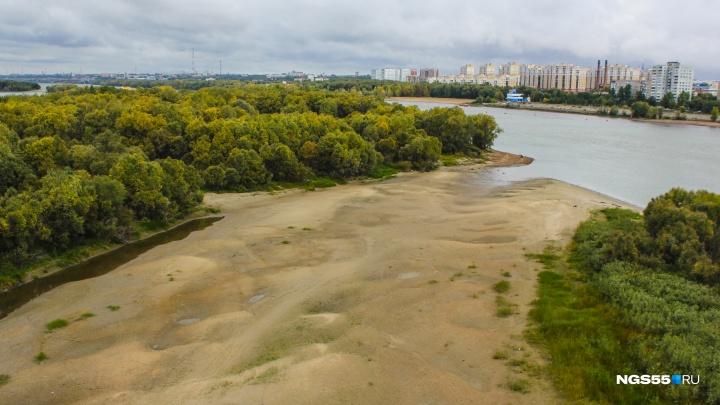 Из русла Иртыша у метромоста ушла река, обнажив дно и создав новый полуостров