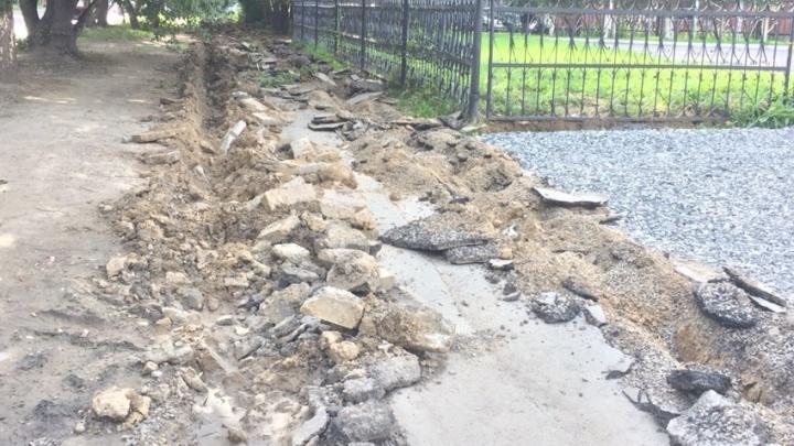 «Взорвали асфальт»: улица Залесского осталась без тротуара