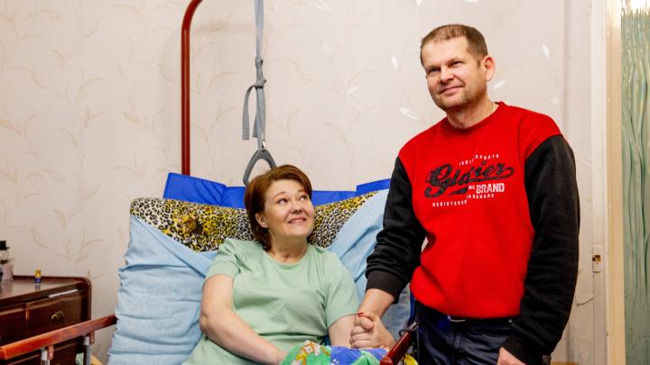 «Муж заставлял меня краситься»: ярославец бросил всё, чтобы поднять на ноги парализованную жену