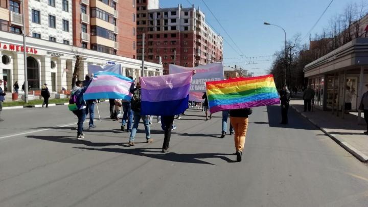 В Ярославле на первомайской демонстрации развернули ЛГБТ-флаги