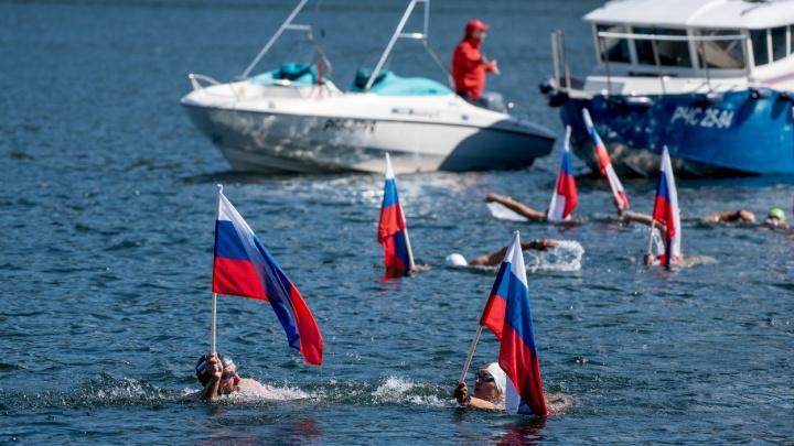 Красноярцы с флагом в руках проплыли 180 километров по холодной воде