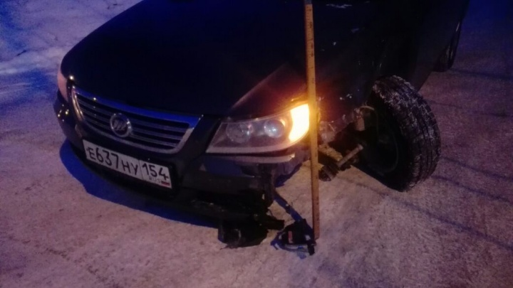 Седан остался без колеса после аварии на трамвайных путях недалеко от «МЕГИ»