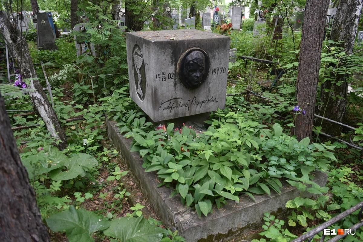 Этот необычный памятник установлен врачу