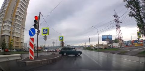Водитель ВАЗа хамски проехал по встречке и пешеходному переходу, чтобы попасть на нужную полосу