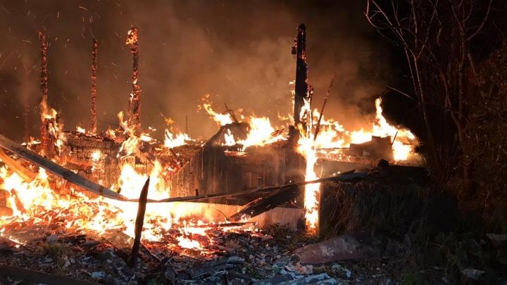 В садах у ЕКАД сгорели три дома, людям больше негде жить