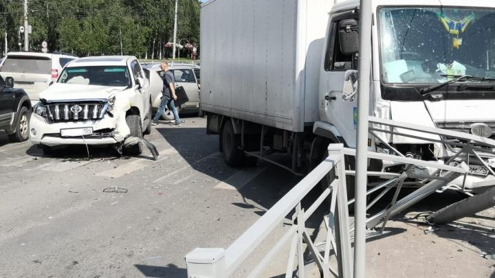 Грузовик снёс светофор и дорожное ограждение на улице Кирова