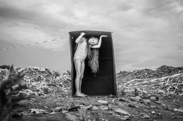 Фотограф сравнил мусор на полигоне с информационным мусором, который окружает современного человека