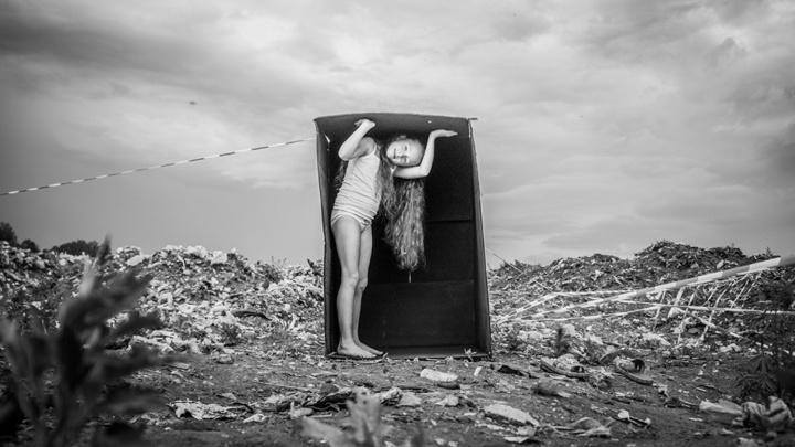 Новосибирский фотограф устроил фотосессию с маленькой девочкой в коробке на свалке