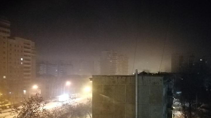 «Просачивается даже сквозь закрытые окна»: Эльмаш и Уралмаш накрыло едким дымом
