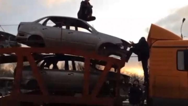 «Хотел уехать в Ставрополь»: в Волгограде альпинист-наркоман устроил забег по крышам автомобилей