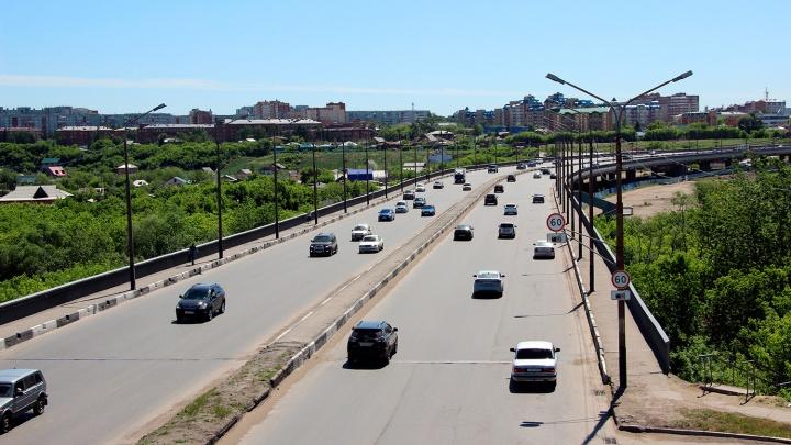 В Омске из-за вылетевшей пластины на мосту несколько автомобилей остались без дисков и колёс