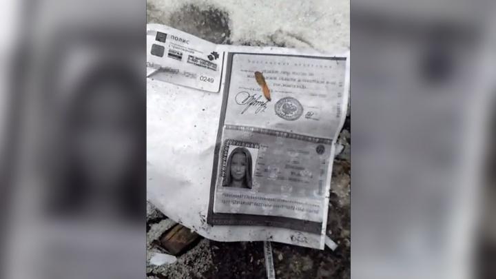 Ксерокопии паспортов и полисов волгоградцев раскидали по улице