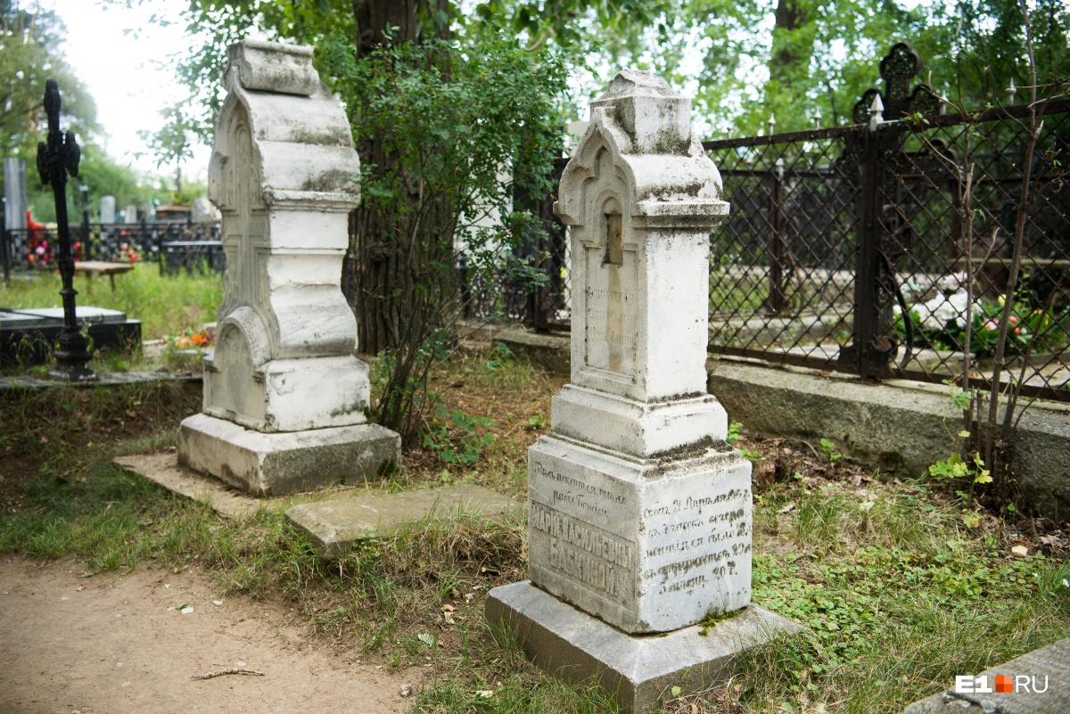 Старинные надгробия легко узнаются по архитектуре