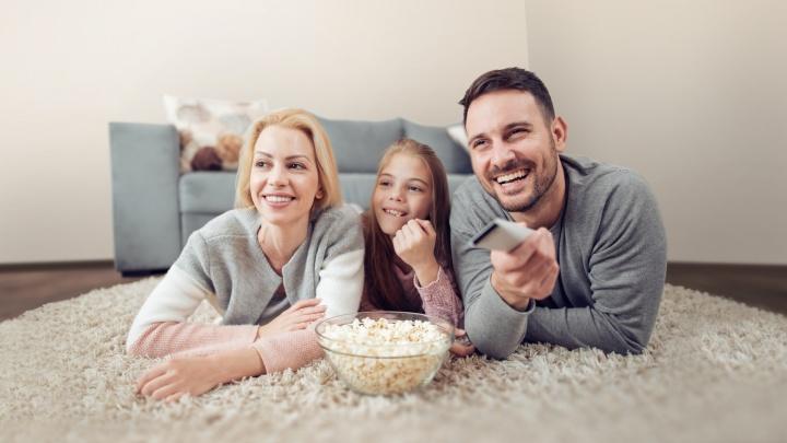 Что необычного посмотреть всей семьей в новогодние праздники: топ фильмов и сериалов