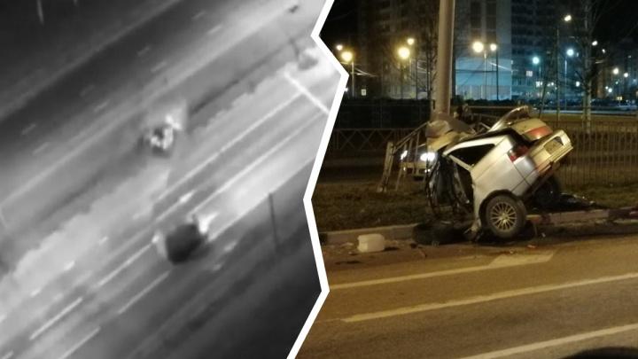 Повело вбок и в столб: появилось видео ДТП, в котором машину разорвало пополам в Ярославле