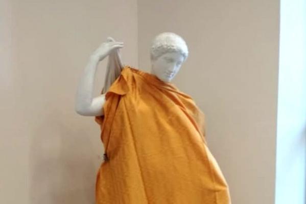НГУАДИ на время прикрыл статуи покрывалами — скульптура стоит в фойе у главного входа в вуз со стороны Красного проспекта