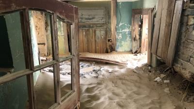 Путешественник-сибиряк попал в песчаную метель в полузаброшенном африканском городе: 13 пугающих кадров