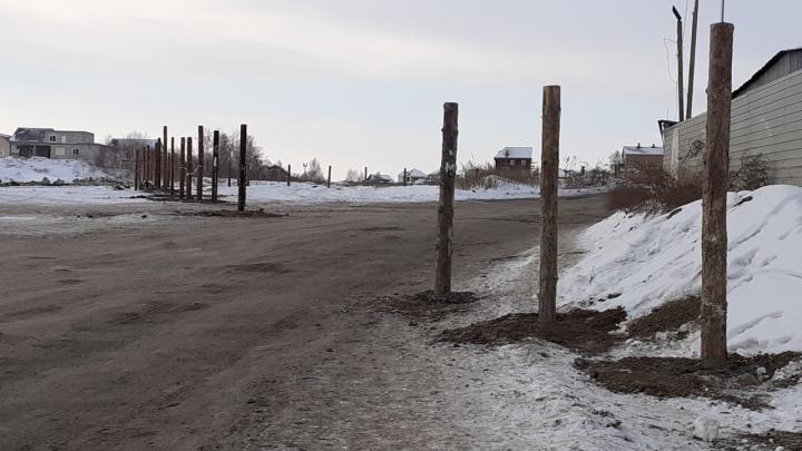 «Могут перекрыть проезд»: жителей новостроек в Солнечном напугали столбики у дороги