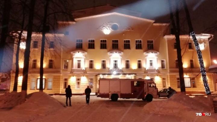 «Не вынесете кресло — будет угроза!»: что происходит в Волковском театре, откуда эвакуировали людей