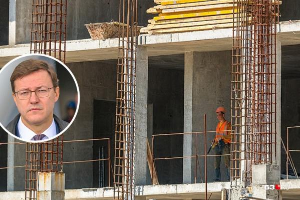 Региональные власти планируют вернуть рабочих на остановленные стройки за счет федералов