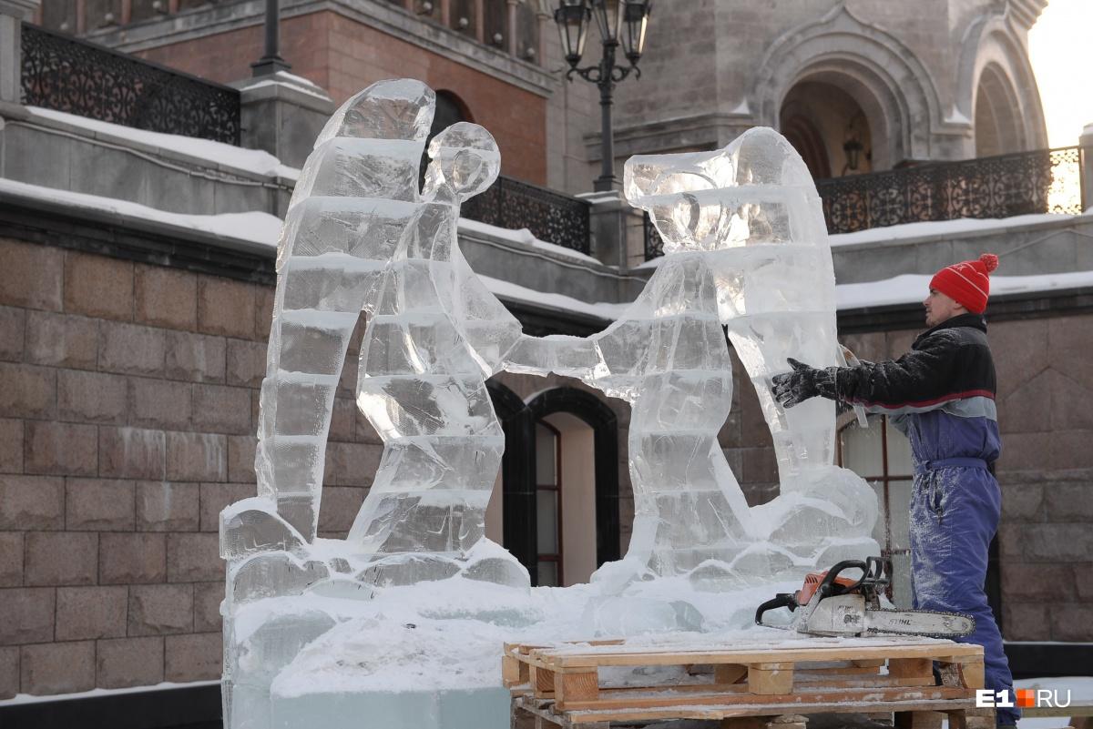 Холод и мораль: репортаж с фестиваля ледяных скульптур у Храма на Крови