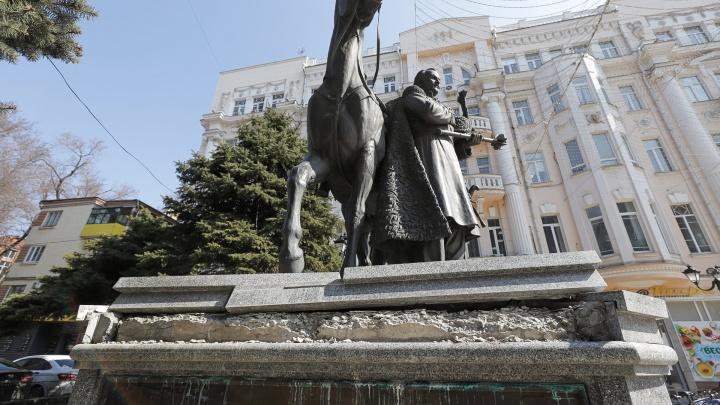 На Большой Садовой повредили постамент памятника атаману Платову