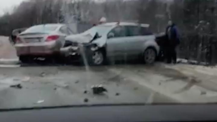 На Московском тракте столкнулись три машины, пять человек пострадали