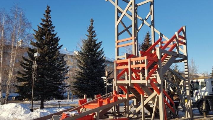 Город новогодних неожиданностей: в Копейске начали монтировать горку в виде шахты