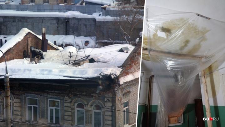 «Вода течет в квартиры»: в доме с рухнувшей крышей на Водников начал протекать чердак