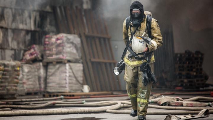 Пожарные эвакуировали двух человек из горящей квартиры на Затулинке (обновлено)