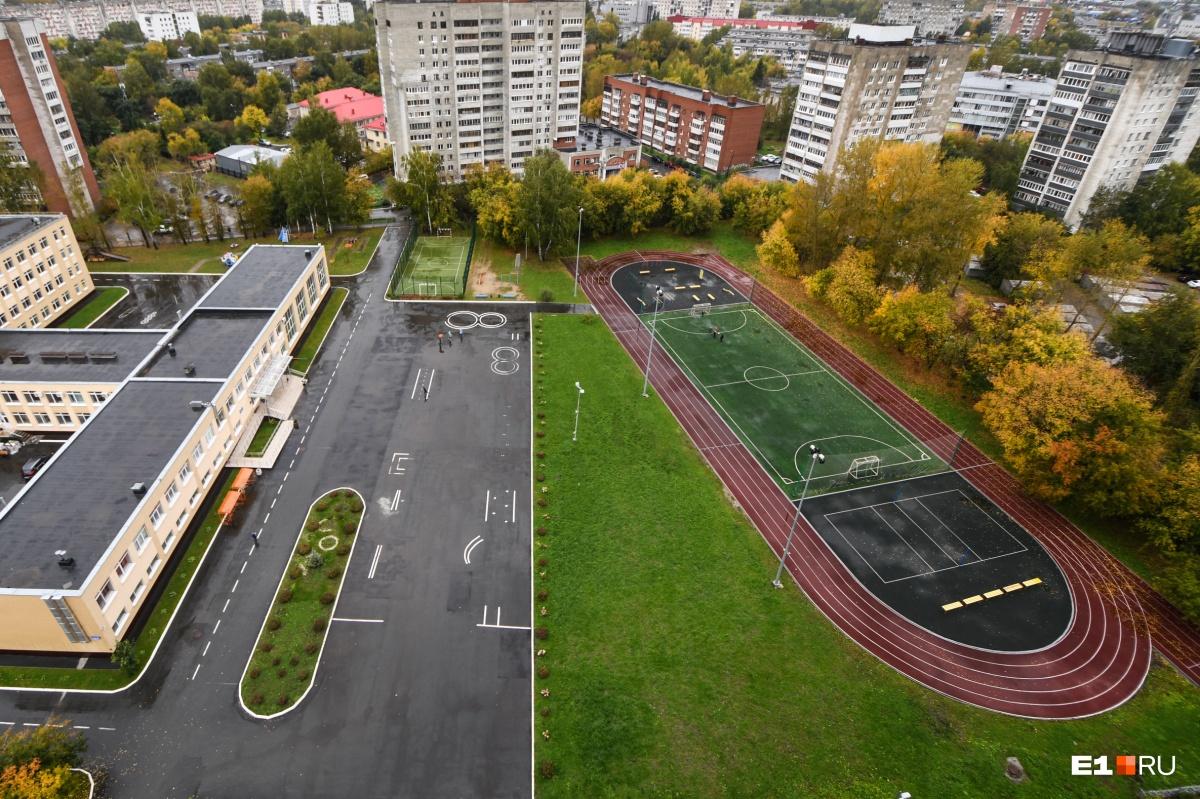 Открывается вид на элитную школу и стадион