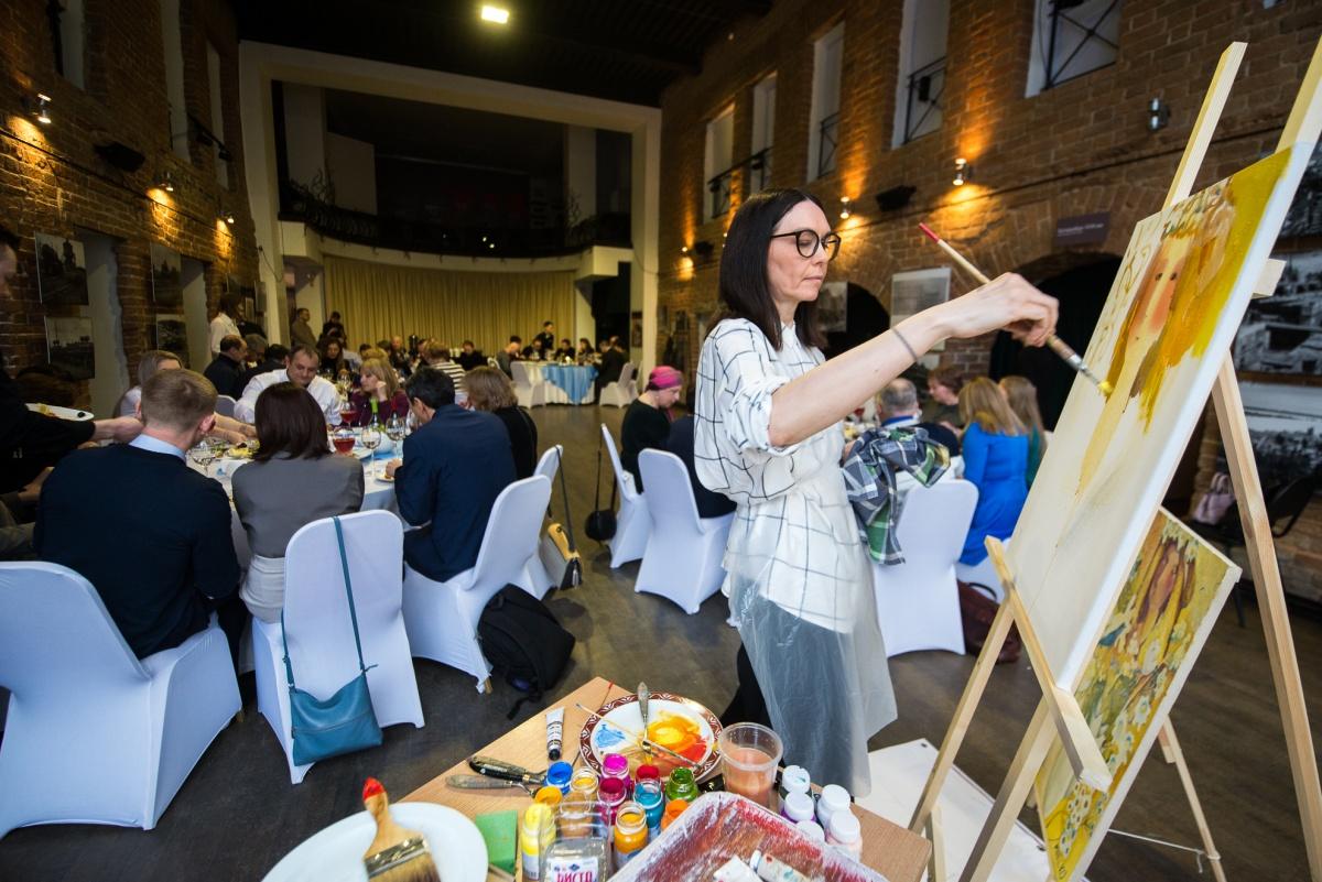 Каждый гость вечера мог поучаствовать в создании картины вместе с художницей Мариной Кутявиной