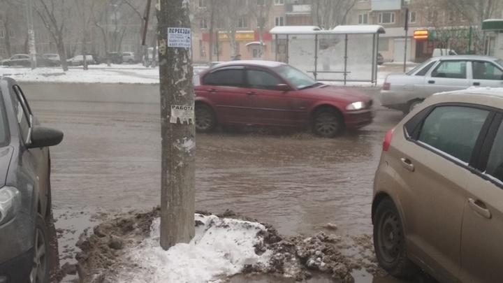 Машины плавают в декабрьской жиже: на пересечении Мориса Тореза и Авроры затопило проезжую часть