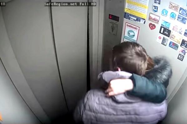 Парень с девушкой сломали двери лифта, и кабина встала