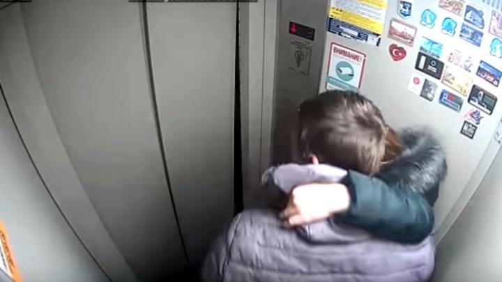 «Мы даже не стукались»: появилось видео, как сладкая парочка из Ярославля сломала лифт