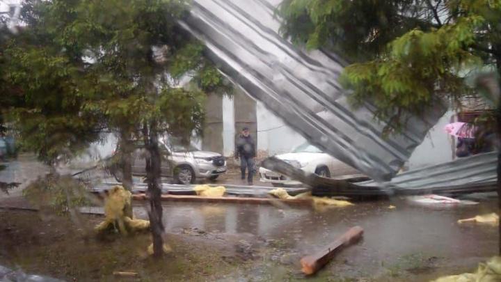 Ураган разметал металлические листы по двору в Ленинском районе — одной из машин разбило стекло