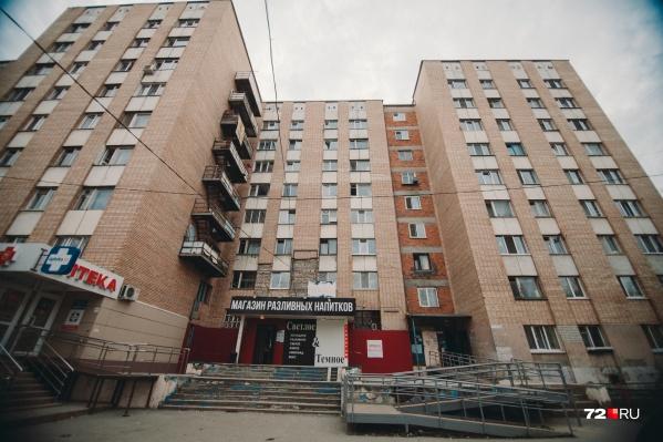 Собственники комнат, расположенных на пятом этаже, подали в суд на своих соседей с шестого, которые не следили заобщей сантехникой и постоянно их затапливали