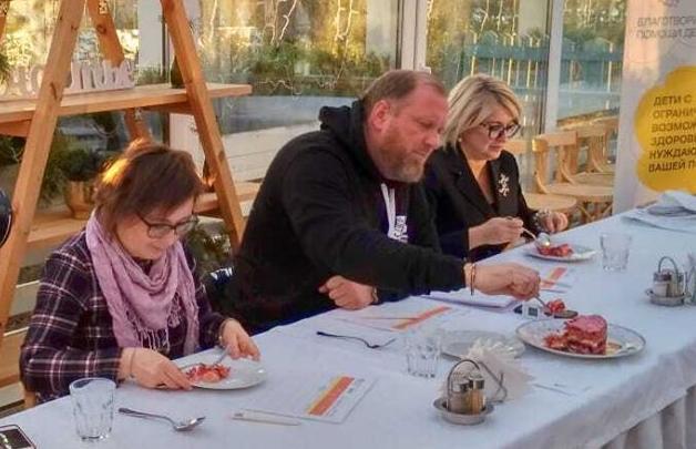 «Практически не матерился»: Константин Ивлев в Ярославле съел бунтарский оливье