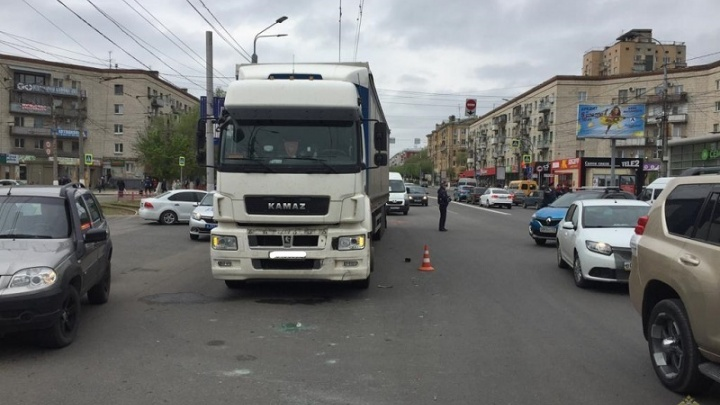 КАМАЗ столкнулся с такси: подробности аварии с четырьмя пострадавшими волгоградцами